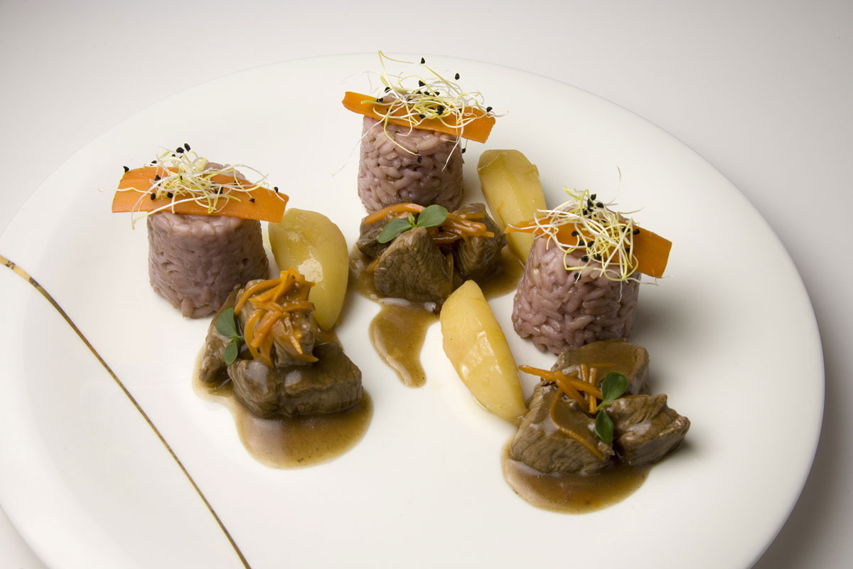 Braised beef with Carnaroli-rice timbale and red wine from Valtellina