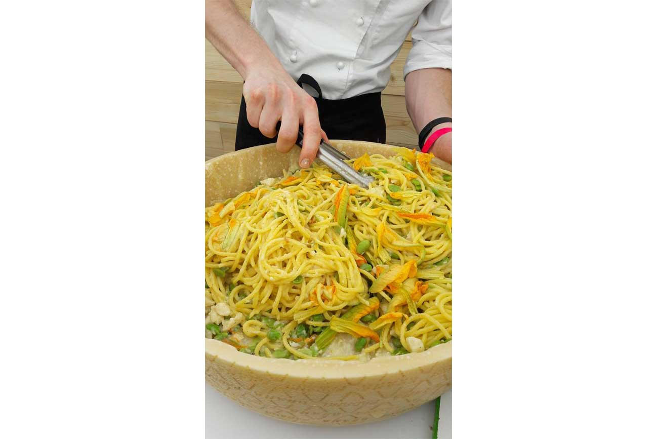 "Cacio e pepe ""Tonnarelli"" with Grana Padano, broad beans and courgette flowers"