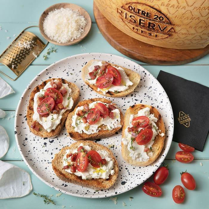 Toasts with tomatoes, crispy pancetta, thyme and Grana Padano Riserva spread