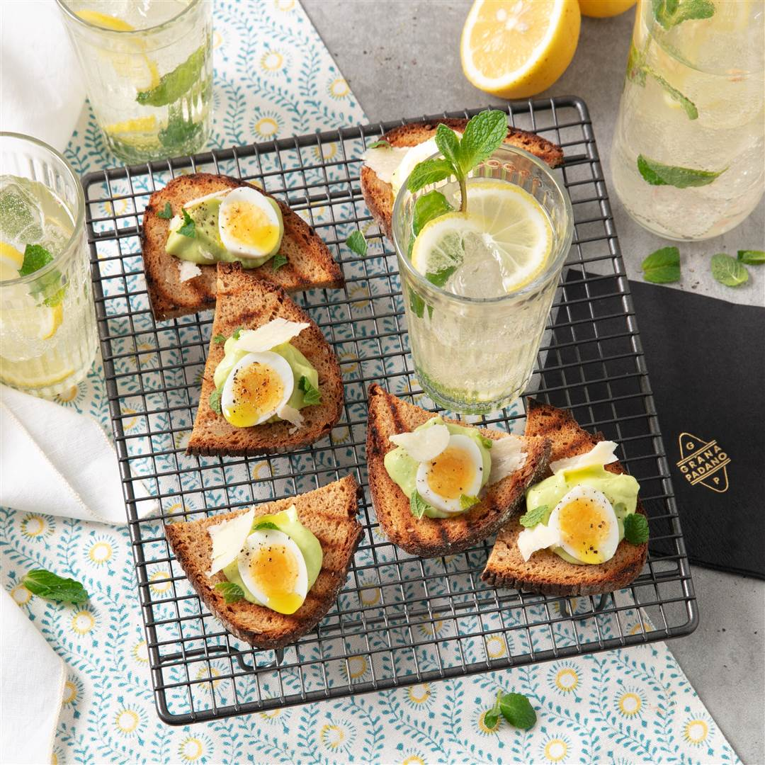 Fizzy lemonade and multigrain bruschetta with avocado topping, quail eggs and Grana Padano Riserva