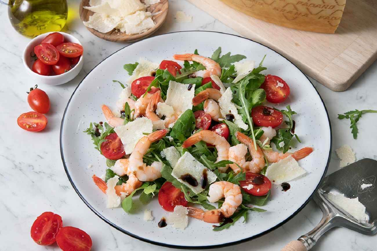 Prawn salad with rocket, grape tomatoes, balsamic vinegar and Grana Padano Riserva